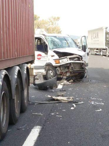 Scontro fra camion e automobili (foto Vitali)