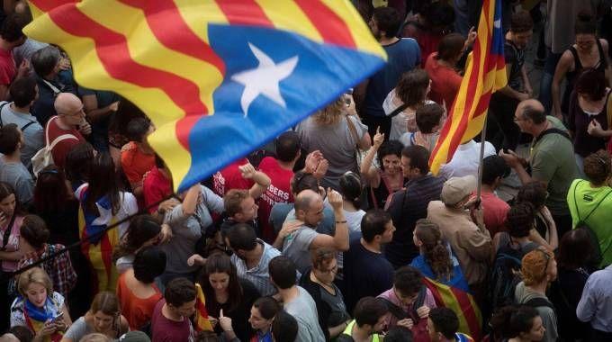 Gente in piazza dopo la dichiarazione d'indipendenza della Catalogna (Ansa)