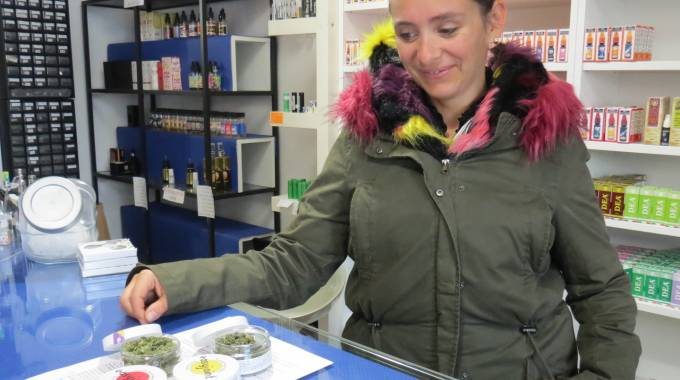 Barbara Tognarelli mostra una delle confezioni di cannabis legale in vendita nel negozio di Borgo Giannotti