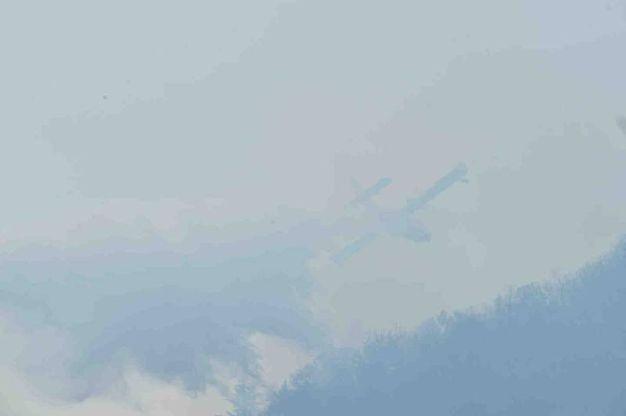 Staffetta di canadair e elicotteri per salvare il bosco dalle fiamme