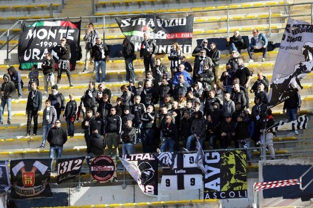 I tifosi dell'Ascoli allo stadio S. Nicola di Bari (foto LaPresse)