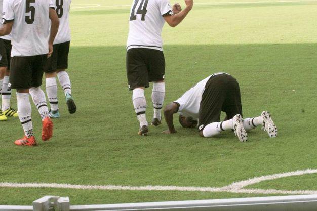 Jallow in ginocchio dopo la rete (foto Ravaglia)