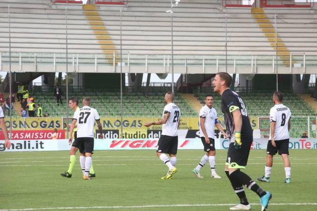 Proteste dei giocatori del Cesena (foto Ravaglia)