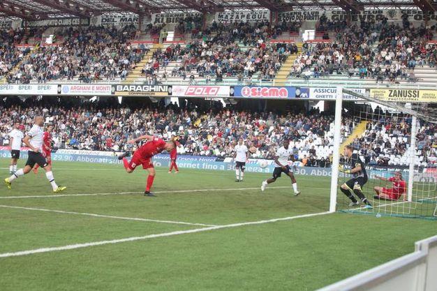 Il gol del 2-2 del Novara (foto Ravaglia)