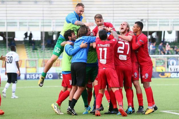 La gioia dei giocatori del Novara (foto LaPresse)