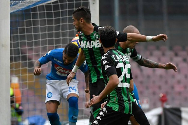 Insigne contrastato da tre giocatori del Sassuolo (foto Afp)