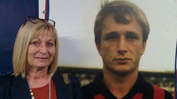Donata Bergamini, sorella di Denis, davanti a una immagine del fratello con la maglia  del Cosenza Calcio. Il centrocampista di Boccaleone è morto 28 anni fa (foto tratta da Facebook)