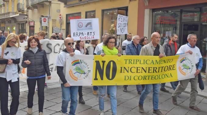 I cittadini di diversi  Comuni con in testa i sindaci hanno manifestato contro l'arrivo  di  rifiuti  da  altre province