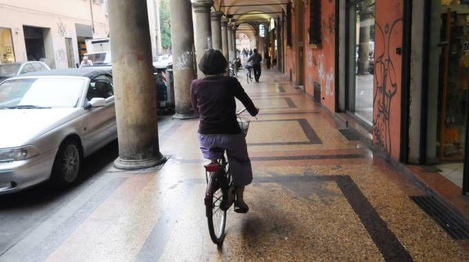 Un ciclista sotto il portico (FotoSchicchi)
