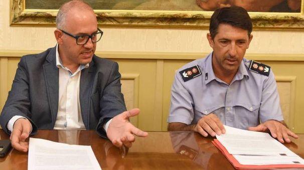 LO STRAPPO Il sindaco Fabrizio Ciarapica col comandante della polizia municipale, Sirio Vignoni