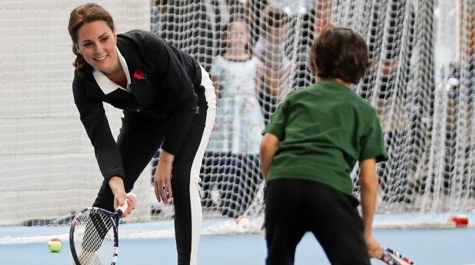 Kate Middleton gioca a tennis con i bimbi (Lapresse)