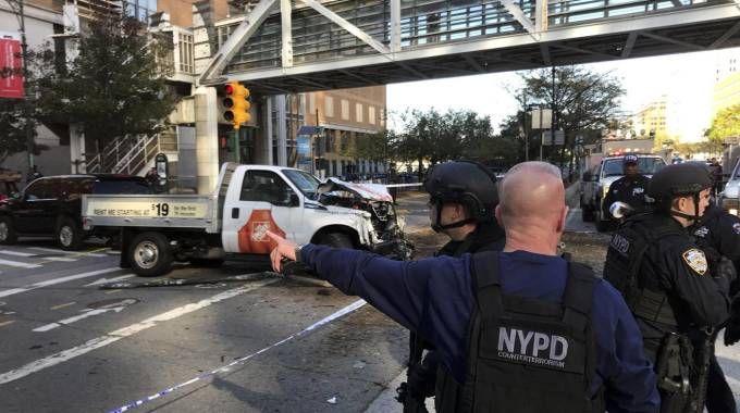 Il furgone piombato sulla pista ciclabile a New York (Ansa)