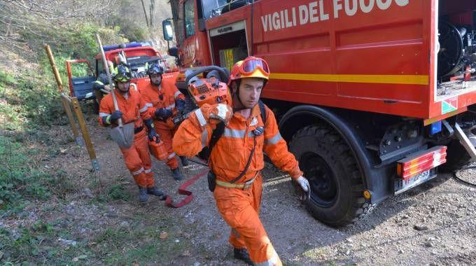I vigili del fuoco ancora impegnati sulla montagna
