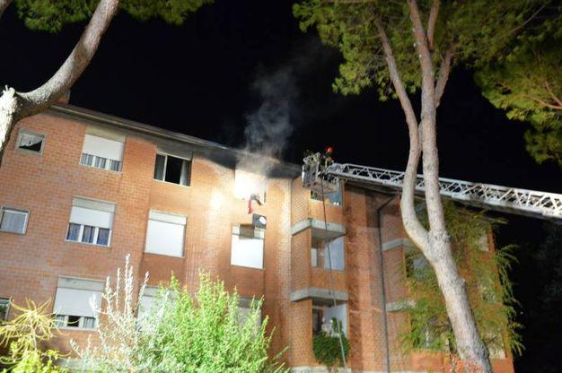 Fumo e fiamme dall'abitazione (foto Frasca)