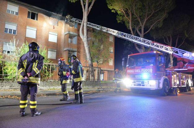 L'incendio in una palazzina in via Sanzio a Predappio (foto Frasca)