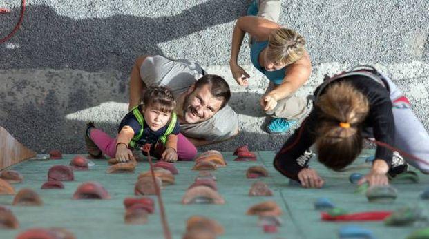 Arrampicata, uno sport da fare insieme, genitori e figli (AlexBrylov/iStock)