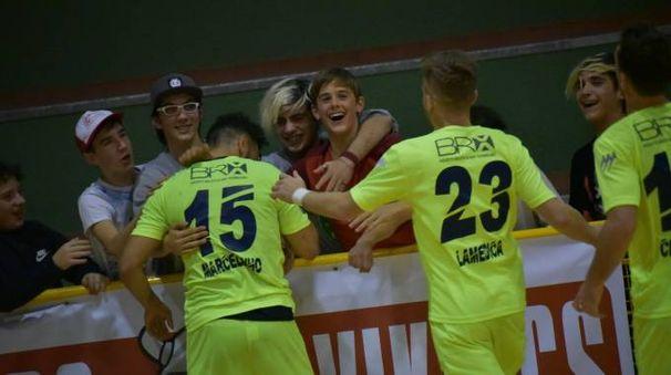 I giocatori festeggiano coi tifosi arrivati in Lombardia