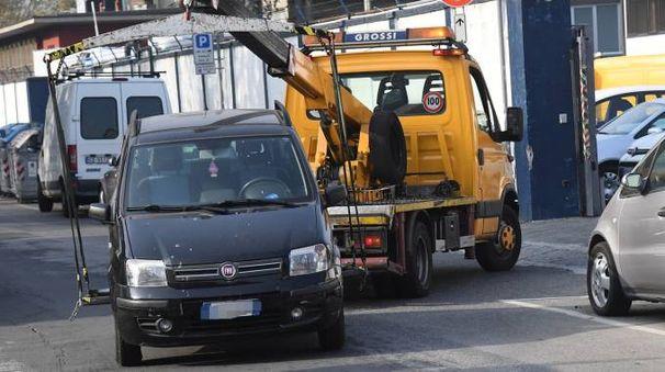 Un'auto rimossa da un carroattrezzi di Grossi (Foto Schicchi)