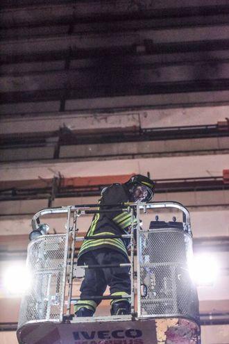 Un vigile del fuoco sale con la scala antincendio (foto Demarco)