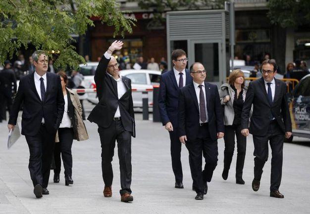 Gli ex membri del governo catalano: da sinistra Joaquim Forn, Dolors Bassa i Coll, Raul Romeva, Carles Mundo, Jordi Turull, Meritxell Borras e Josep Rull (Ansa)