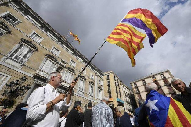 Manifestazione a sostegno dei politici catalani indagati per ribellione e sedizione a Barcellona (Afp)