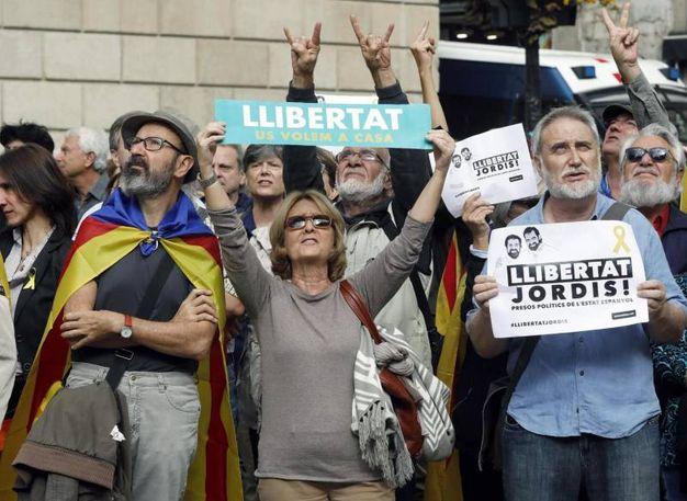Manifestazione a sostegno dei politici catalani indagati per ribellione e sedizione a Barcellona (Ansa)