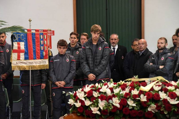 Il gonfalone del Bologna Fc al funerale (foto Schicchi)