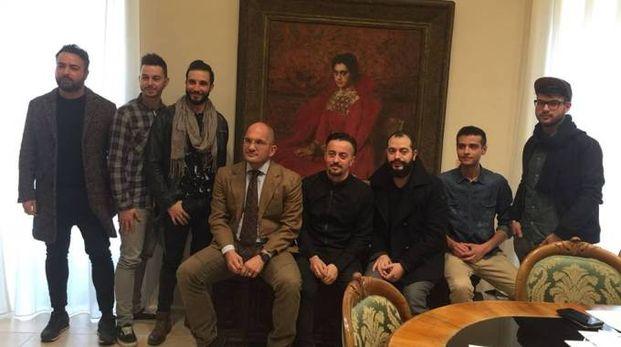 Il sindaco Castelli con Dario Faini e alcuni componenti La Rua