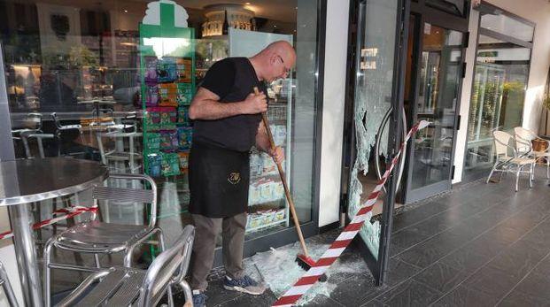 Giuseppe Muccinelli raccoglie i frammenti di vetro della porta d'ingresso sfondata dai ladri