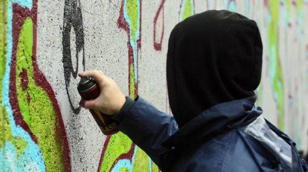 I vandali hanno imbrattato i muri della scuola