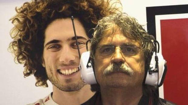 Paolo Simoncelli davanti a una foto del figlio Marco