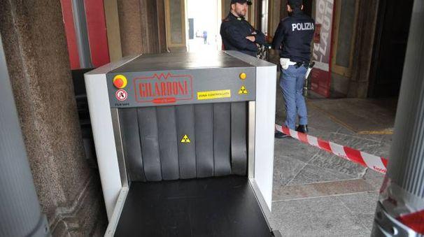 ATTESA E TIMORI Installati  i metal detector all'ingresso di Palazzo Reale  e Museo  del Duomo (Newpress)