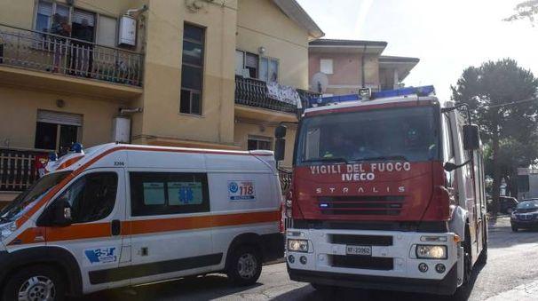 L'ambulanza del 118 e i vigili del fuoco in via Carducci (foto De Marco)