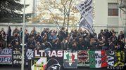 Gli ultras dell'Ascoli festeggiano (foto LaPresse)