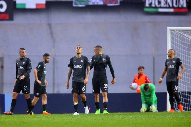 E la delusione dei giocatori dell'Ascoli (foto LaPresse)