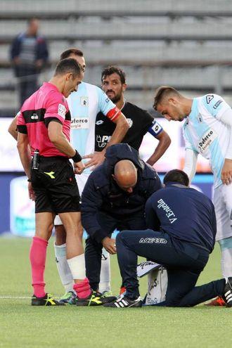 L'infortunio all'arbitro Di Paolo (foto LaPresse)