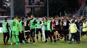 I giocatori del Cesena salutano i tifosi (foto LaPresse)