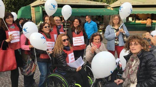 Alcuni dei partecipanti alla manifestazione in centro a Pesaro (foto Pierucci)