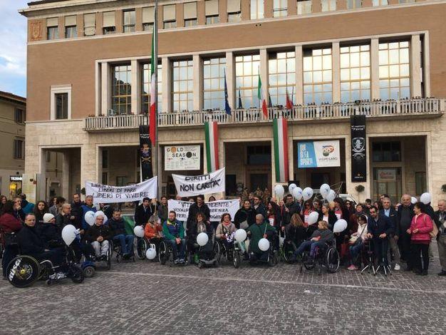 """Il corteo al grido di """"Liberi di fare"""" ha attraversato piazzale Matteotti e via San Francesco fino a Piazza del Popolo (foto Pierucci)"""