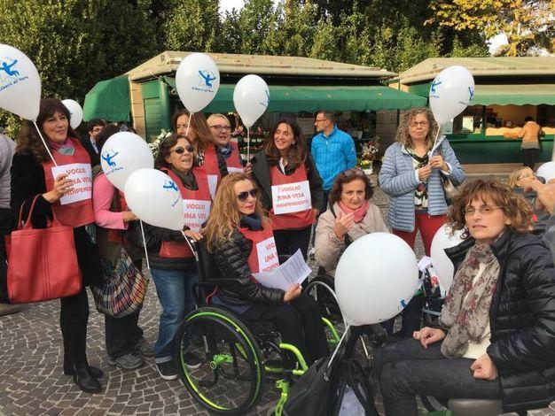 Una protesta pacifica a colpi di palloncini bianchi e striscioni in nome del corretto welfare per i disabili e non solo (foto Pierucci)