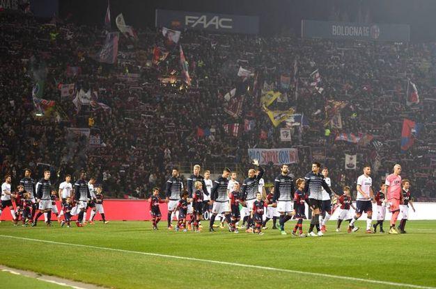 L'entrata delle squadre in campo (foto LaPresse)