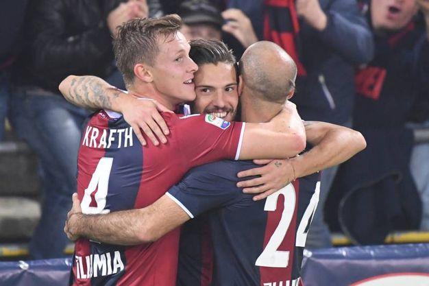 L'abbraccio con Krafth e Palacio (foto Schicchi)