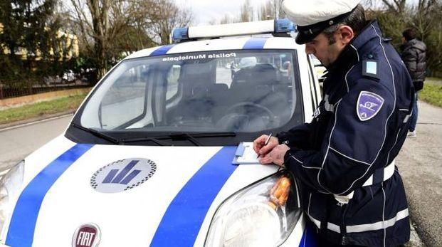 Un agente della polizia municipale in azione (foto d'archivio)