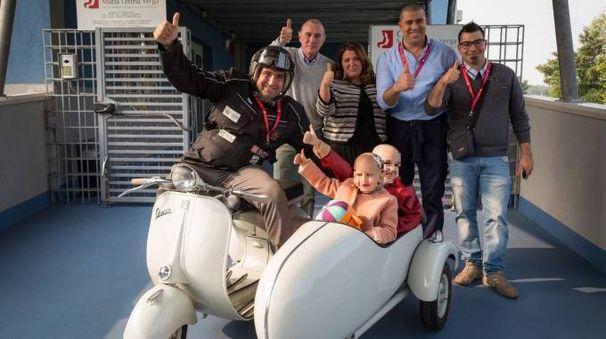 Alessandro Pozzi con i bimbi e i rappresentanti del comitato