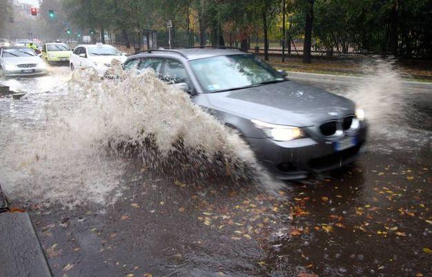 Pioggia a Milano, strade allagate