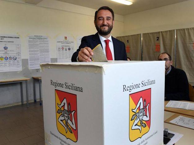 Il candidato del M5S  Giancarlo Cancelleri vota a Caltanisetta (Ansa)