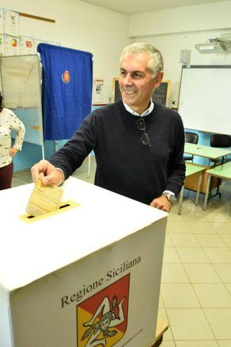Fabrizio Micari al voto (Ansa)