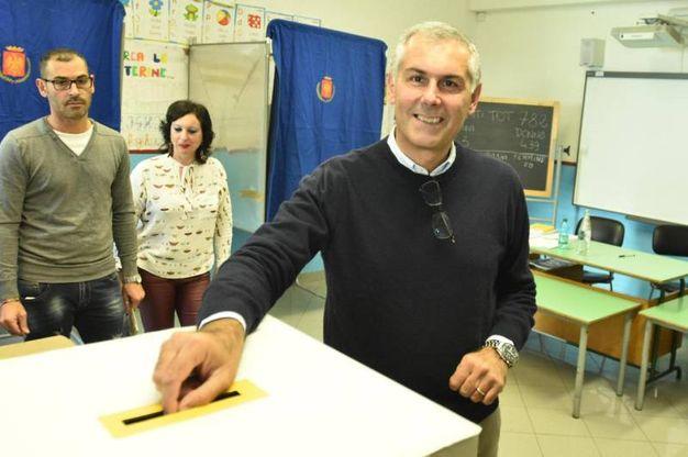 Fabrizio Micari vota a Palermo (Ana)