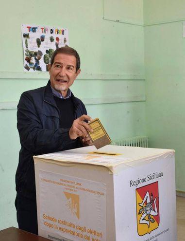 Nello Musumeci al seggio di Militello (Ansa)