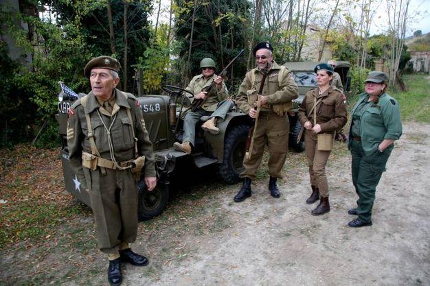 Una vera colonna di mezzi militari risalenti al periodo della Seconda Guerra Mondiale sul quale sono saliti solo uomini e donne in rigorosa uniforme (foto Ravaglia)